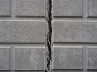外壁サイディングコーキングひび割れ